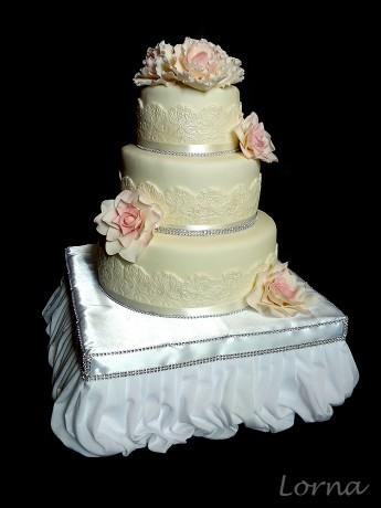 Svadobná s ružami a pivonkami